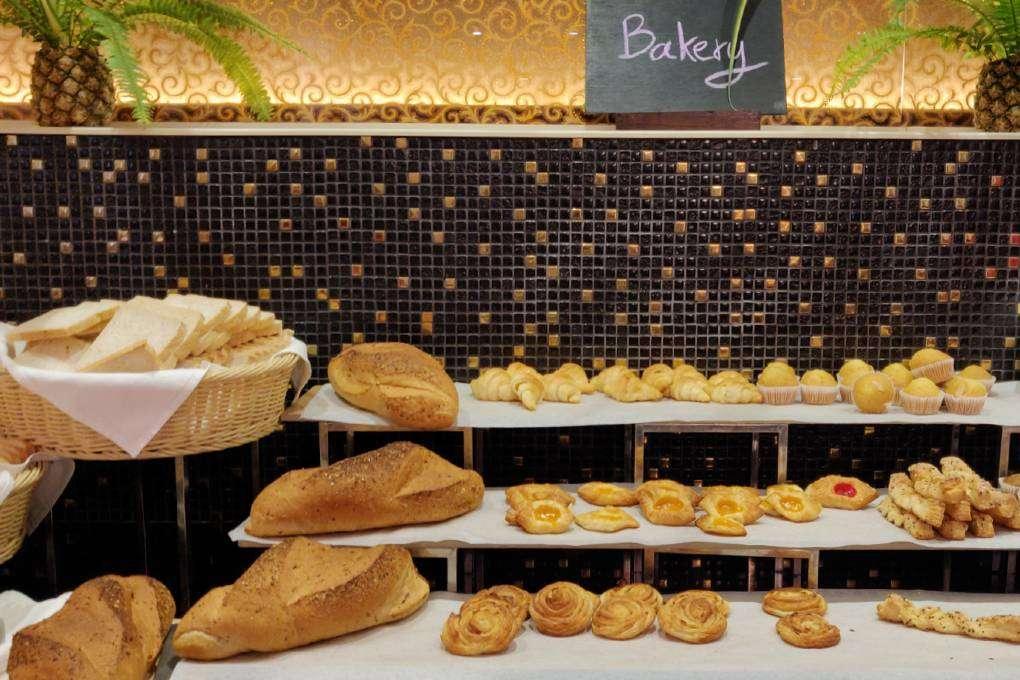 Vers brood en zoete lekkernijen tijdens het ontbijt van het Avani Ao Nang Cliff Krabi Resort