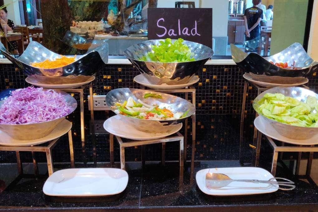 Salade buffet tijdens het ontbijt in het Avani Ao Nang Cliff Krabi Resort