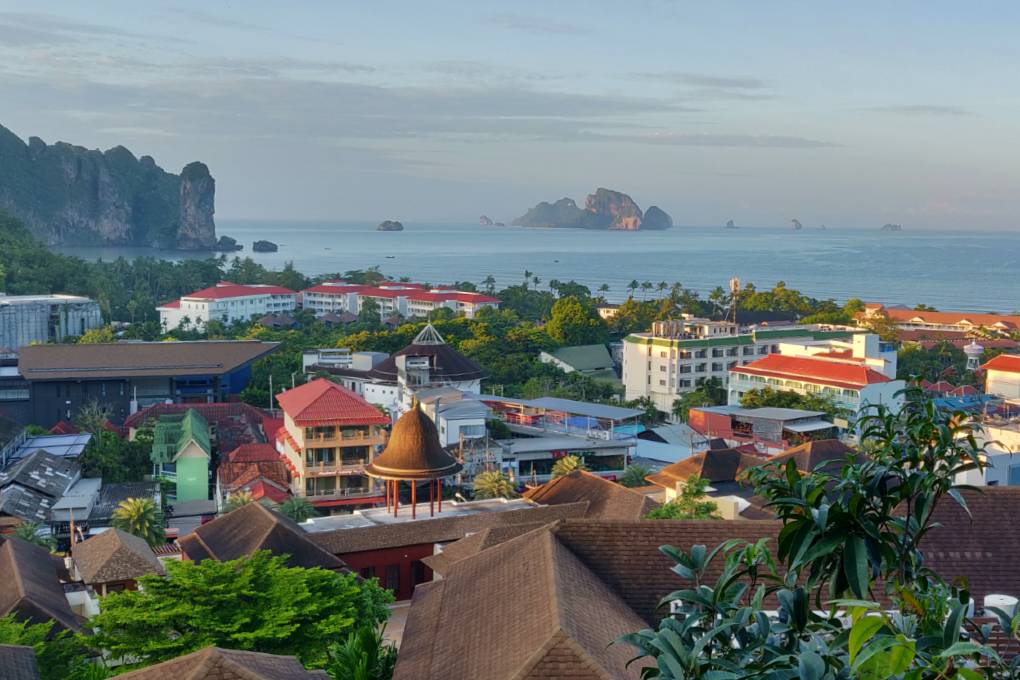 Uitzicht over Ao Nang vanaf The Peak Bar van het Avani Ao Nang Cliff Krabi Resort