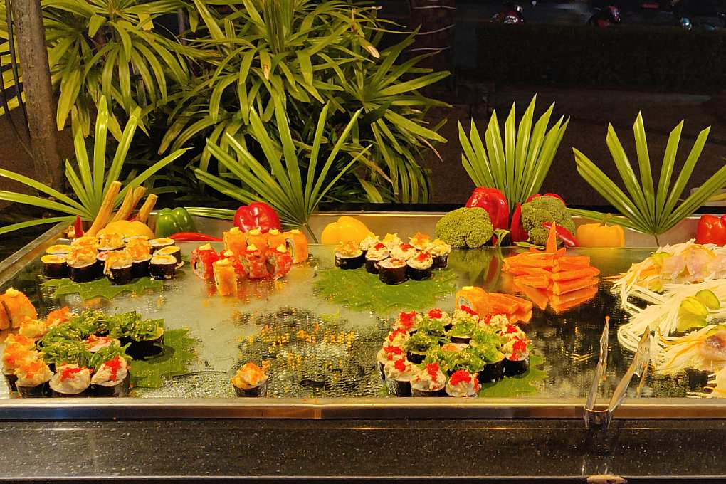 Sushi en Sashimi in het Ao Nang Buffet restaurant van het Avani Ao Nang Cliff Krabi Resort
