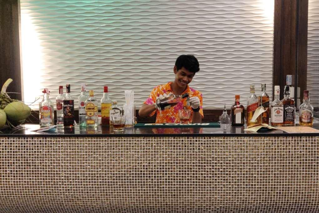 Cocktails bij het Ao Nang Buffet restaurant van het Avani Ao Nang Cliff Krabi Resort