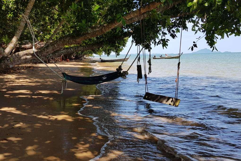 Hangmat en schommels bij de Massaman beef in de Andaman Beach Club