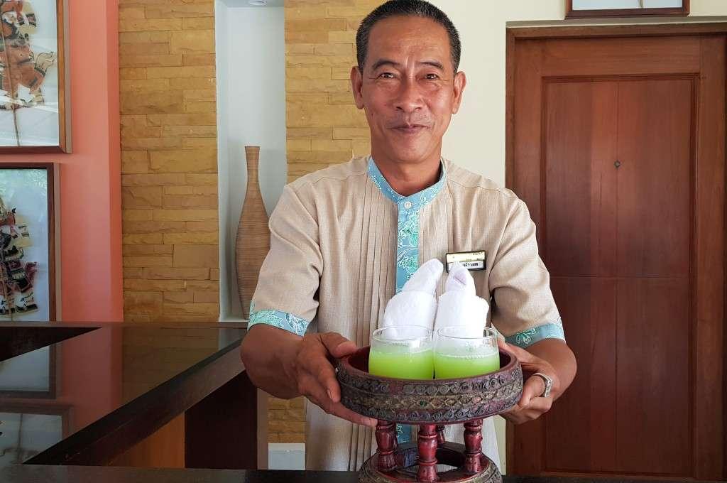 Welkomstdrankje bij het Avani Ao Nang Cliff Krabi Resort