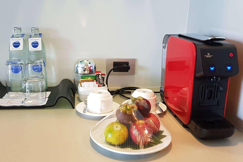 Vers fruit en goede koffie in de kamers van het Avani Ao Nang Cliff Krabi Resort