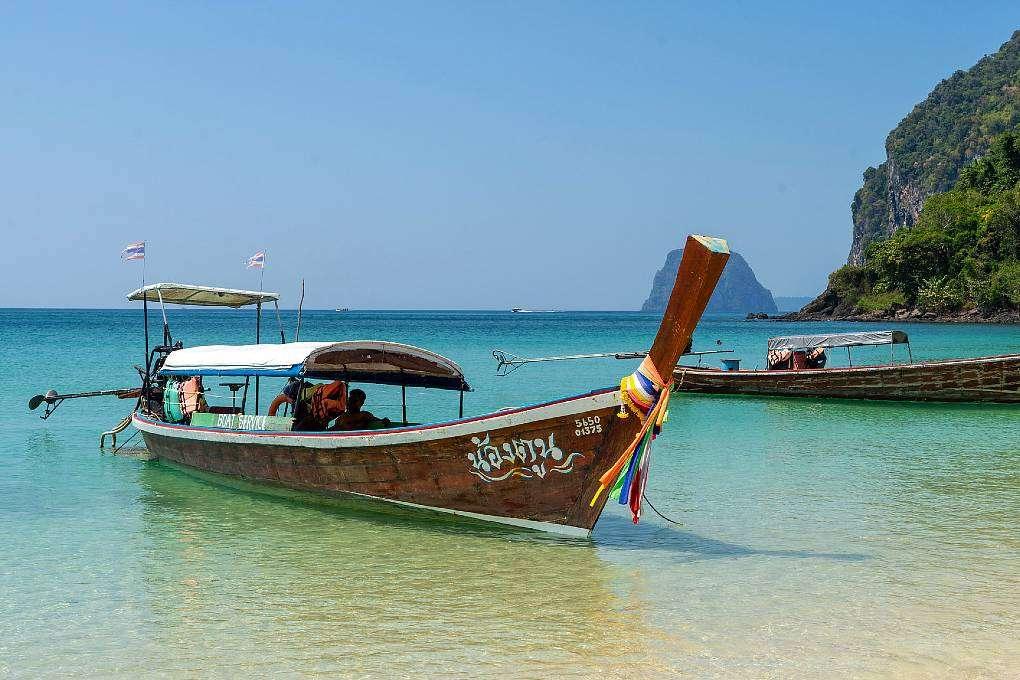 Koh Mook, Longtailboot in heldere zee voor de kust