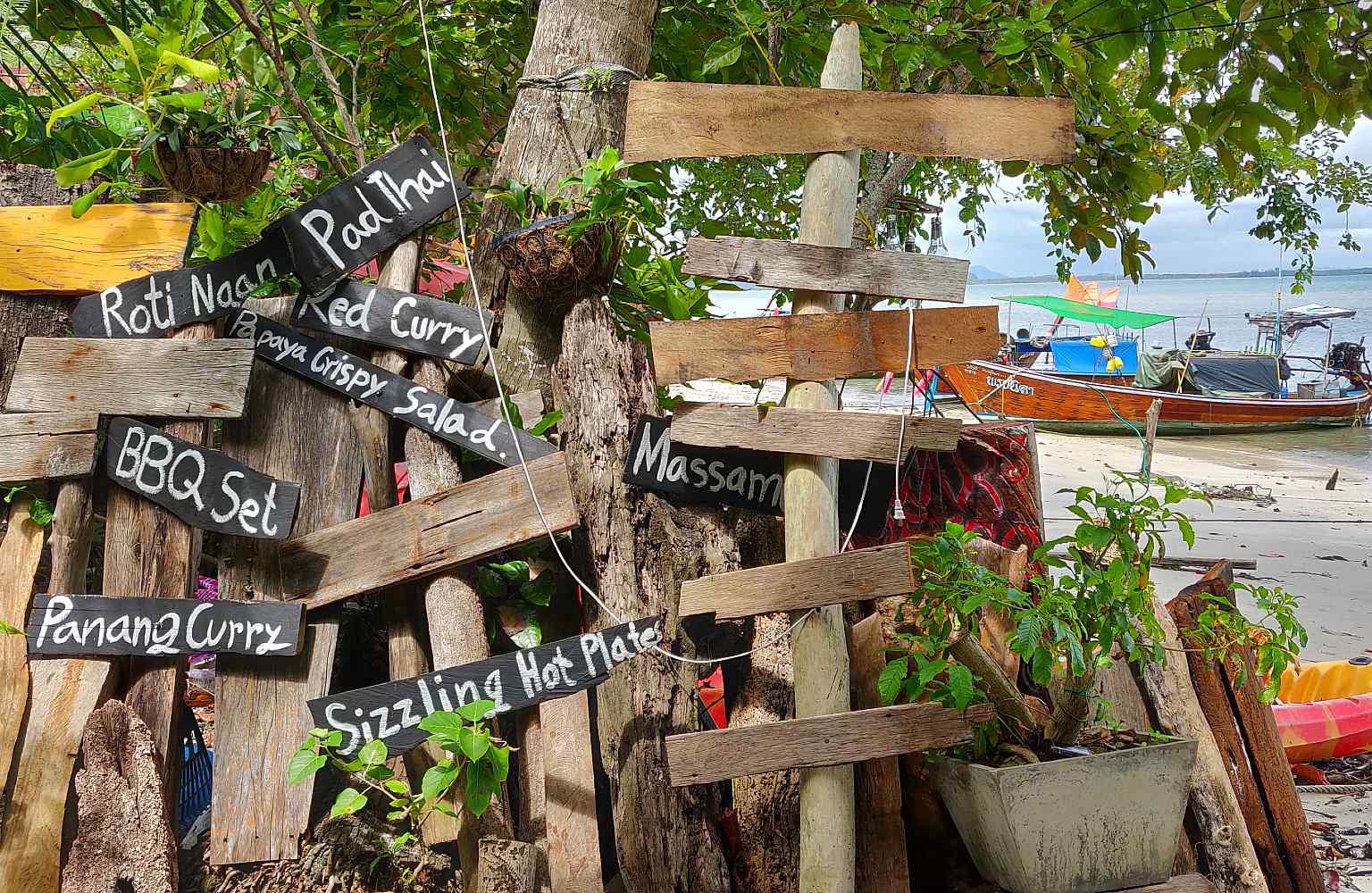 Houten Plankjes met daarop namen van Thaise gerechten