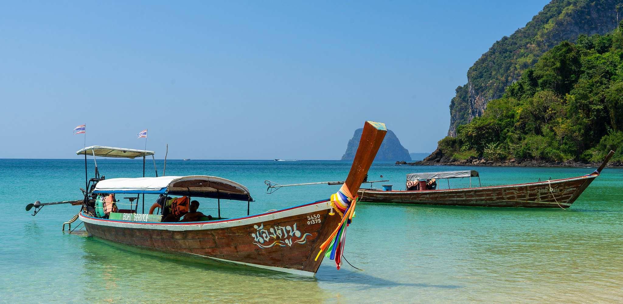 Lontailboot in blauwe zee van Koh Mook