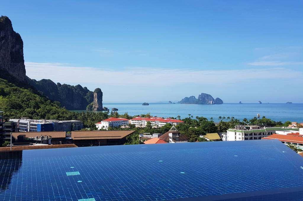 De infinity pool van het Avani Ao Nang Cliff Krabi Resort