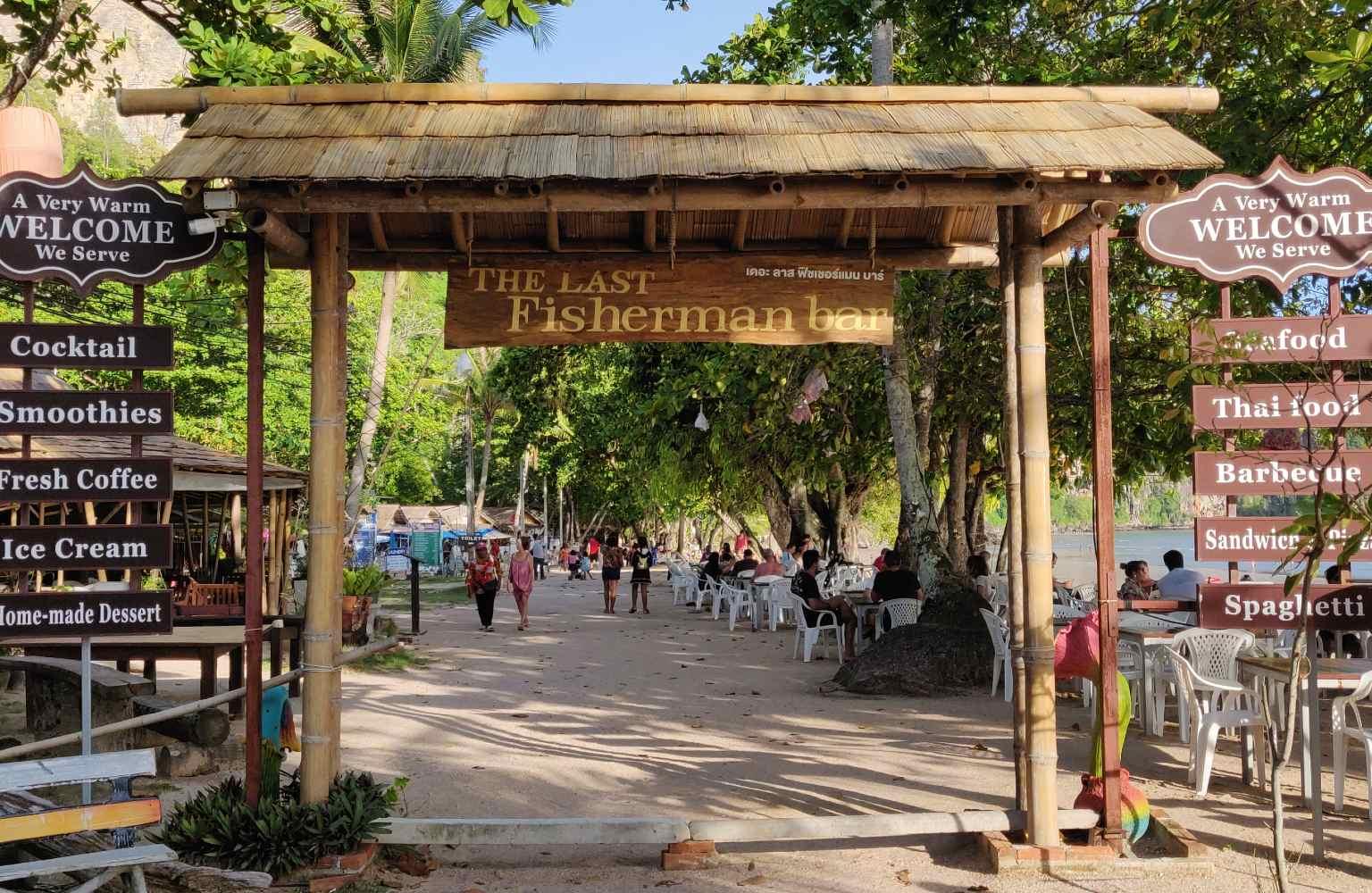 De poort van The Last Fisherman Bar (een van de beste restaurants van Ao Nang)
