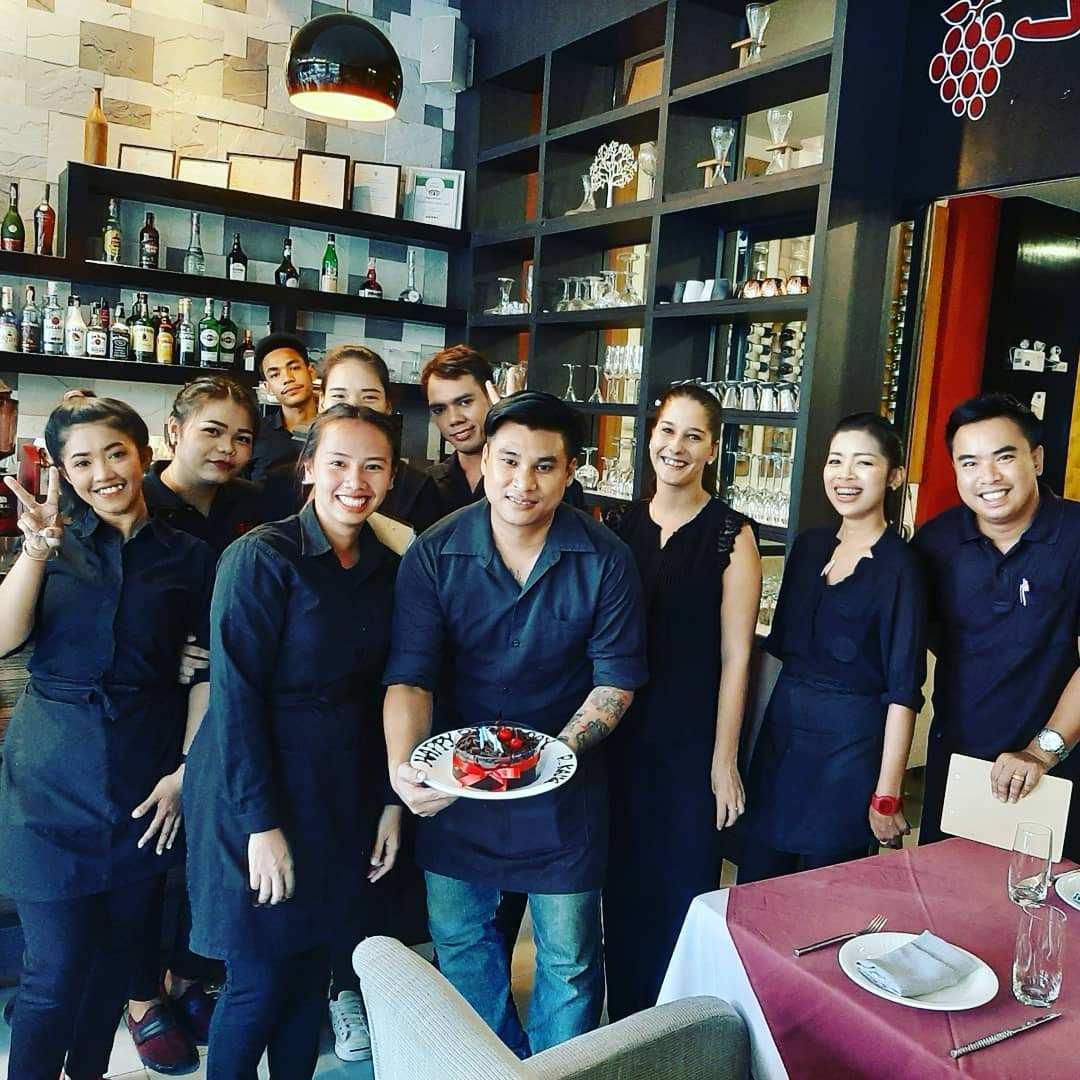 Het team van Jenna's Bistro & Wine (een van de beste restaurants van Ao Nang)