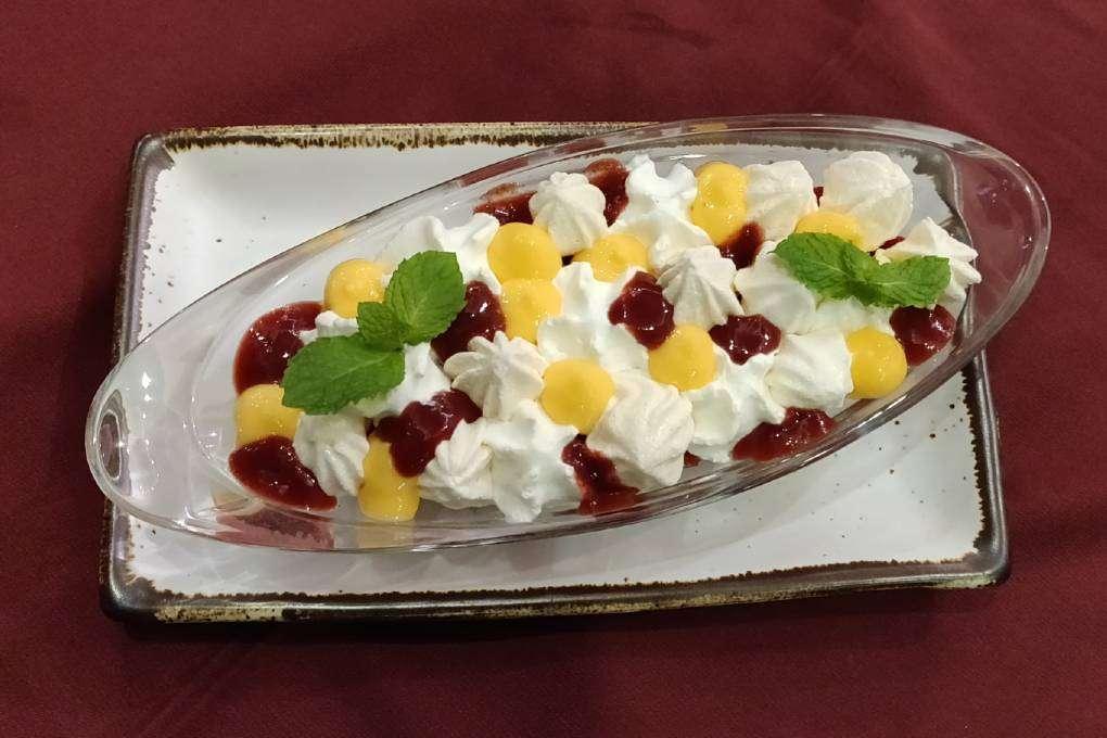 Strawberry eton mess dessert bij Bistro & Wine (een van de beste restaurants van Ao Nang)