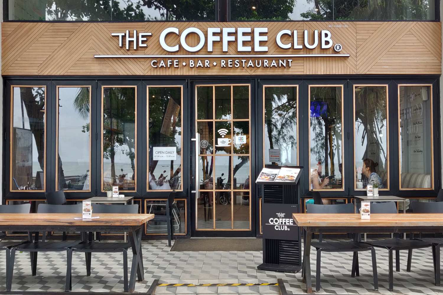 The Coffee Club aan de boulevard (een van de beste restaurants van Ao Nang)