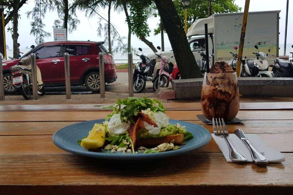 Superlekkere ijskoffie met broodje met avocado, gepocheerd ei en bacon bij The Coffee Club (een van de beste restaurants van Ao Nang)