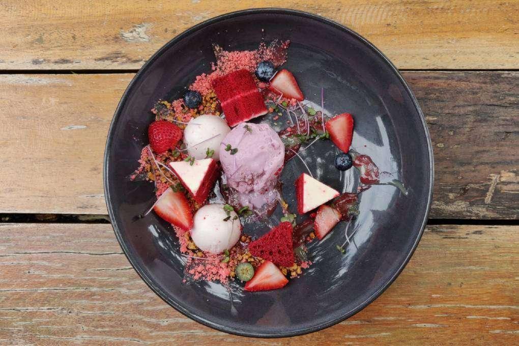Dessert met ijs, red velvet cake en vruchten bij The Coffee Club (een van de beste restaurants van Ao Nang)