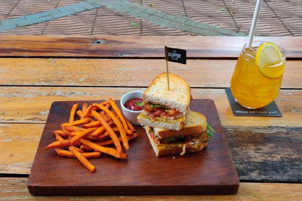 Verfrissend drankje met Chicken Club Sandwich en zoete aardappelfriet bij The Coffee Club (een van de beste restaurants van Ao Nang)
