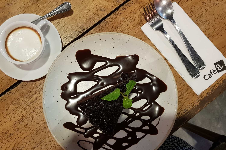 Dessert met cappuccino bij Cafe 8.98 (een van de beste restaurants van Ao Nang)