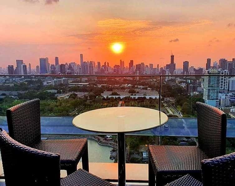 Zonsondergan bij Long Table in Bangkok