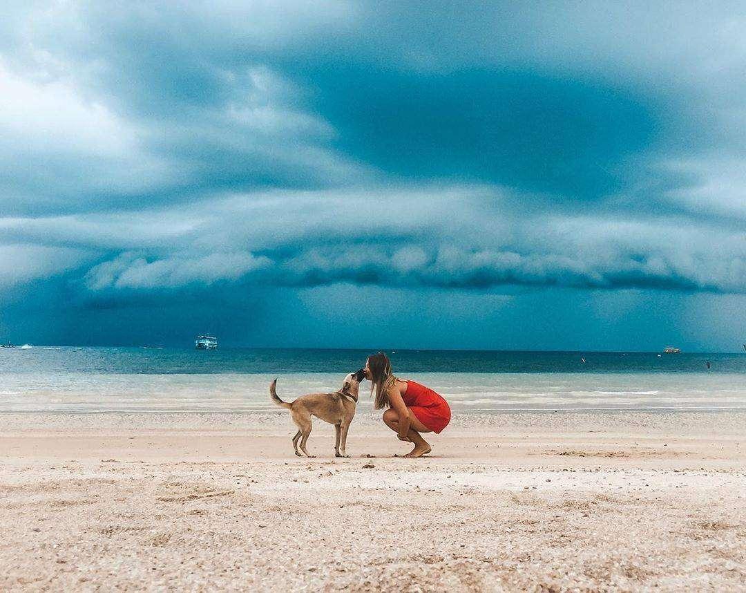 Strom op komst met meisje en hond op de voorgrond op Koh Tao