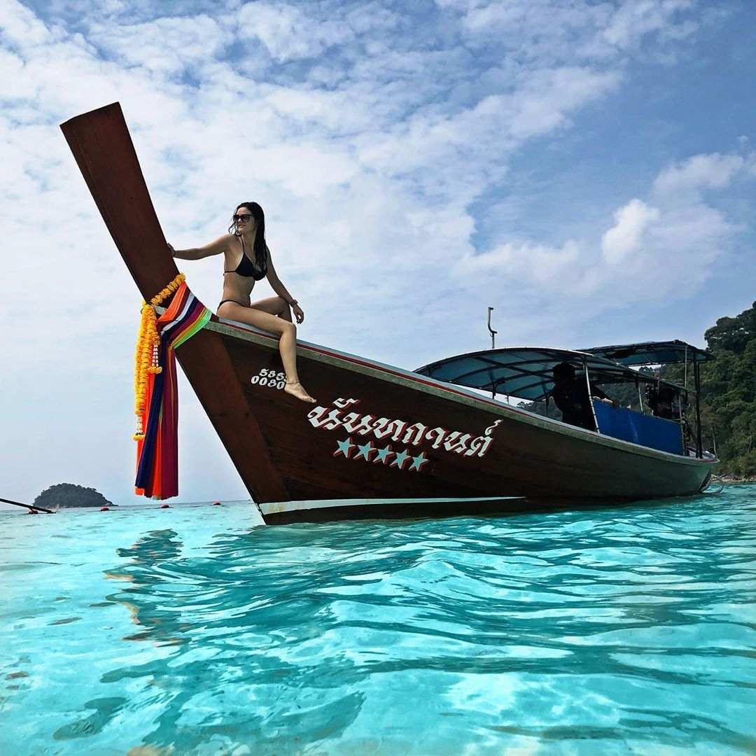 Meisje op longtailboot in het Tarutao National Park