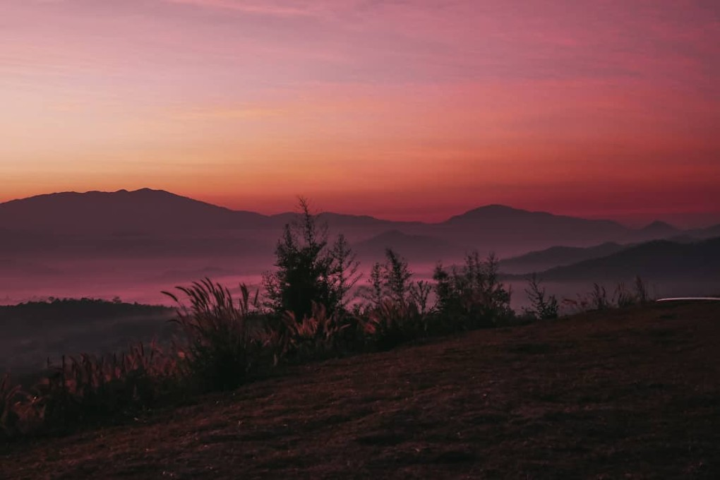 De omgeving van Pai met een rode gloed tijdens de schemering