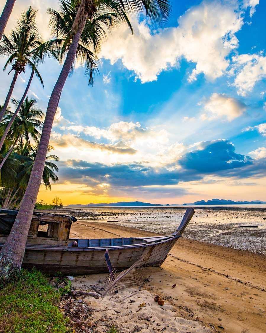longtailboot op het strand van koh lipe