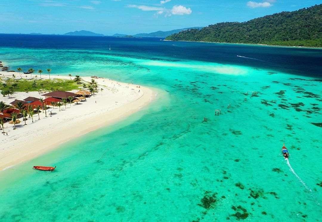 het witte strand en blauwgroene zee van koh lipe gezien vanaf een dorne