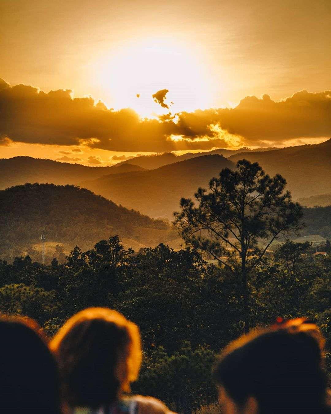 Zon onder zien gaan met de heuvels van Pai op de achtergrond