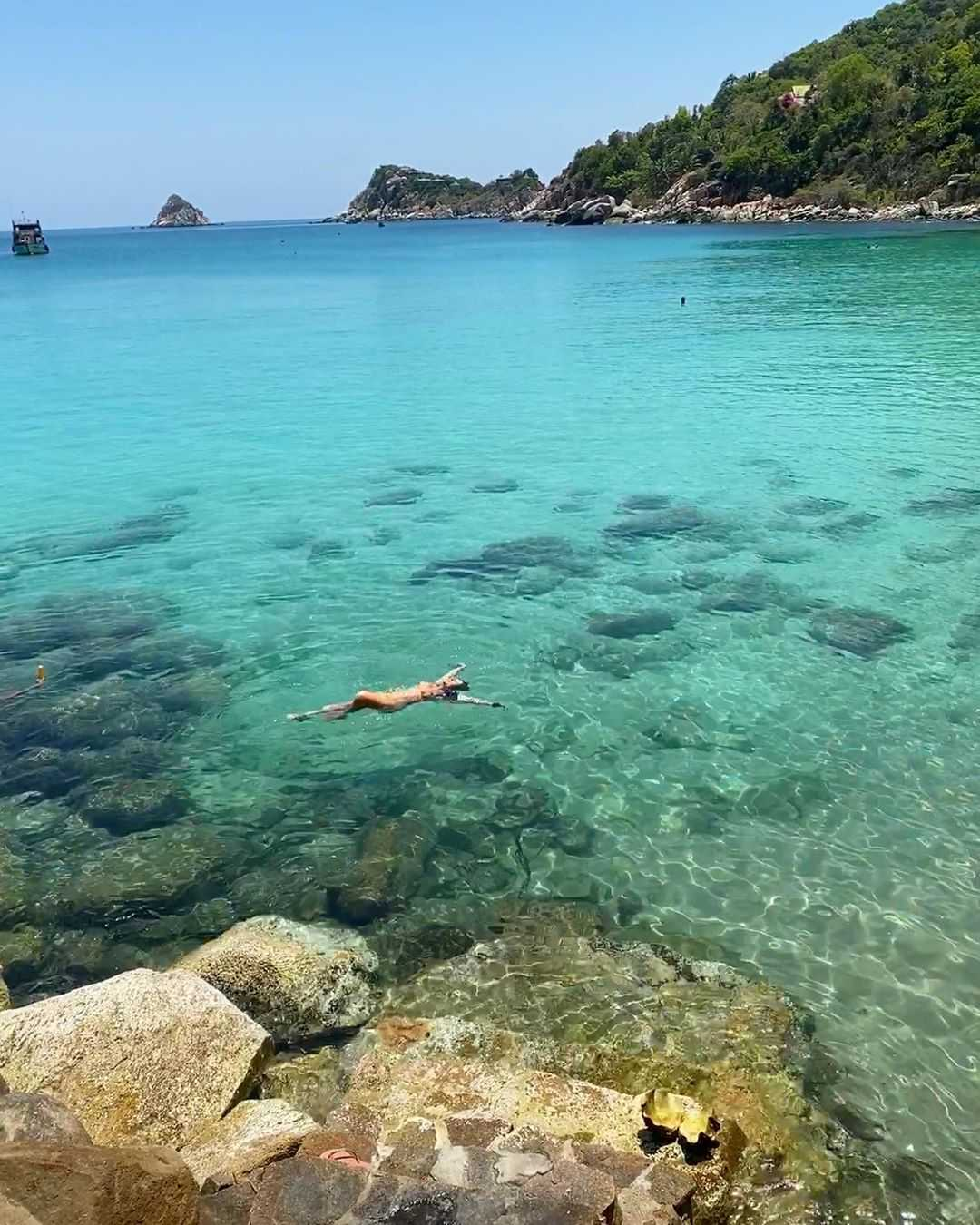 Meisje die in het blauwgroene water zwemt van Koh Tao