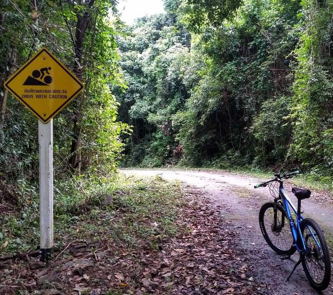 met de fiets in koh tarutao in het Tarutao National Park