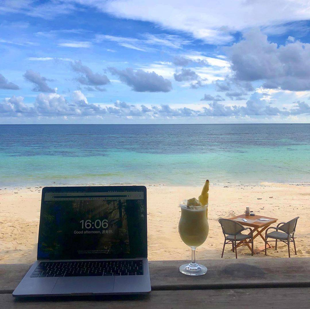 laptop, cocktail aan het strand