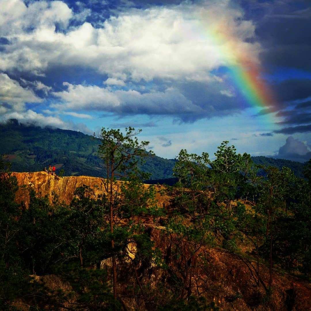 Pai Canyon met regenboog op de achtergrond