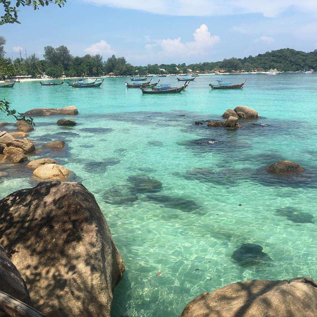 De rotsen voor de kust van Koh Tao