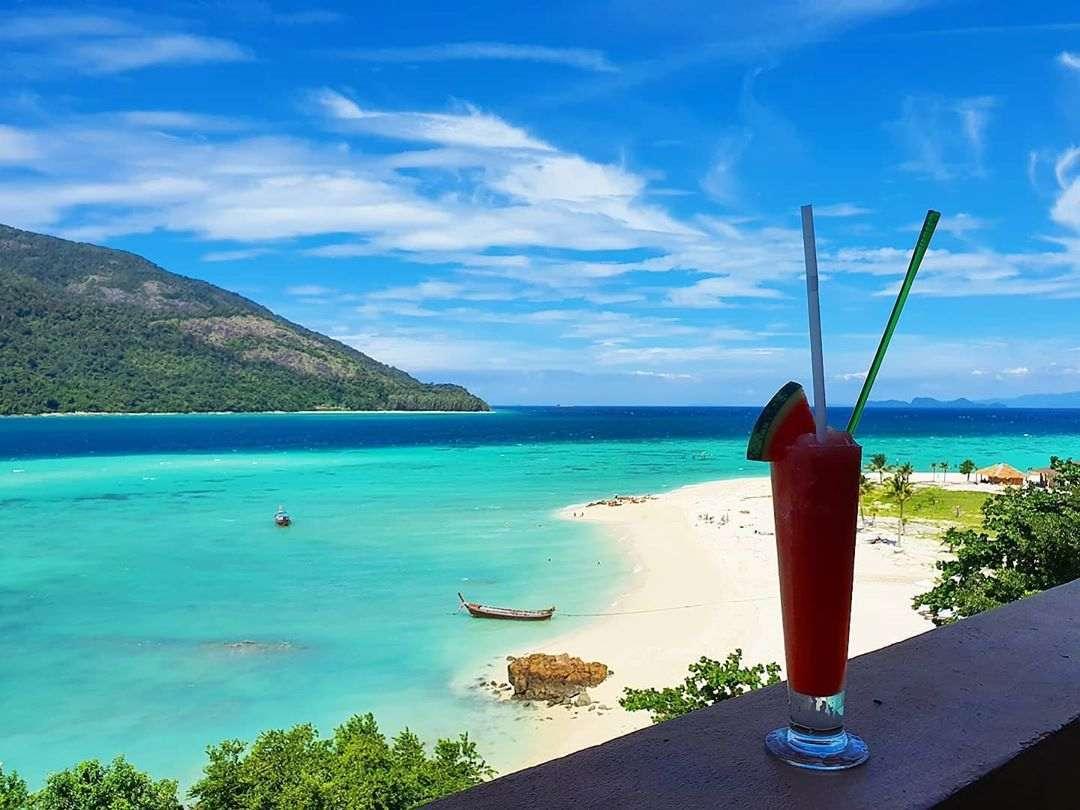 cocktail aan zee op koh lipe