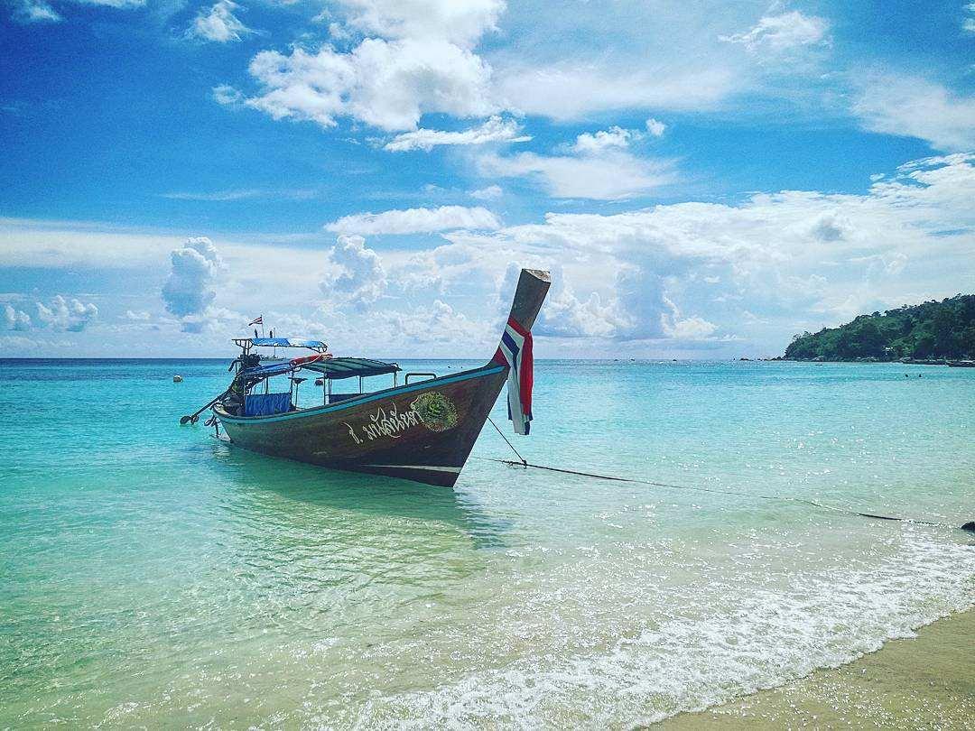 Longtailboot aangemeerd op het strand van koh lipe