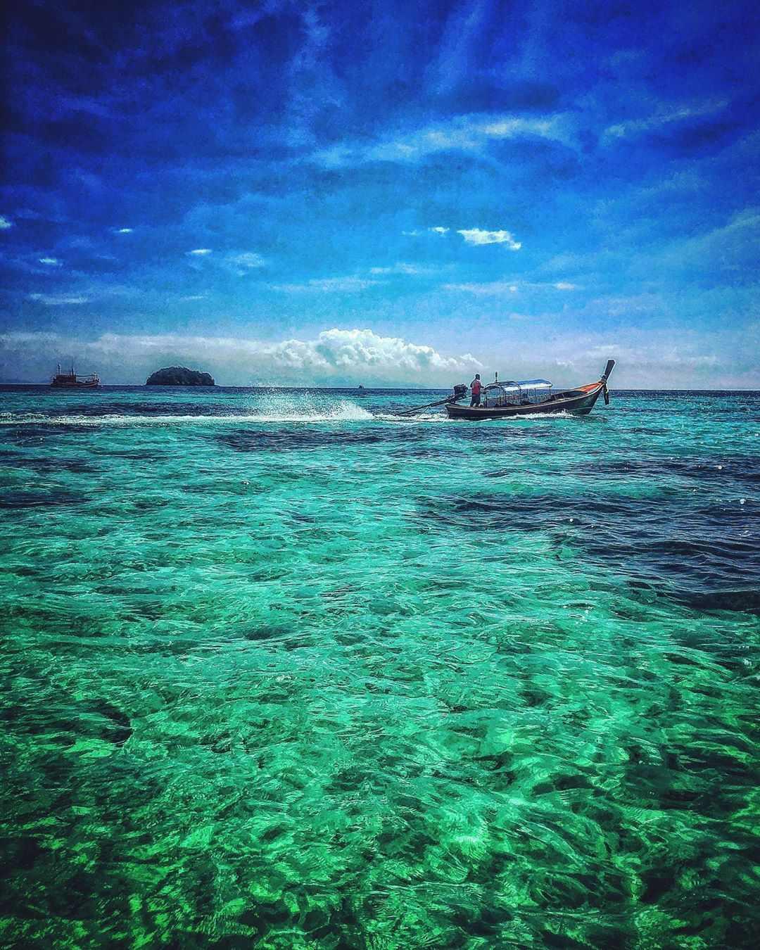 Het heldere blauwgroene water van Koh Lipe