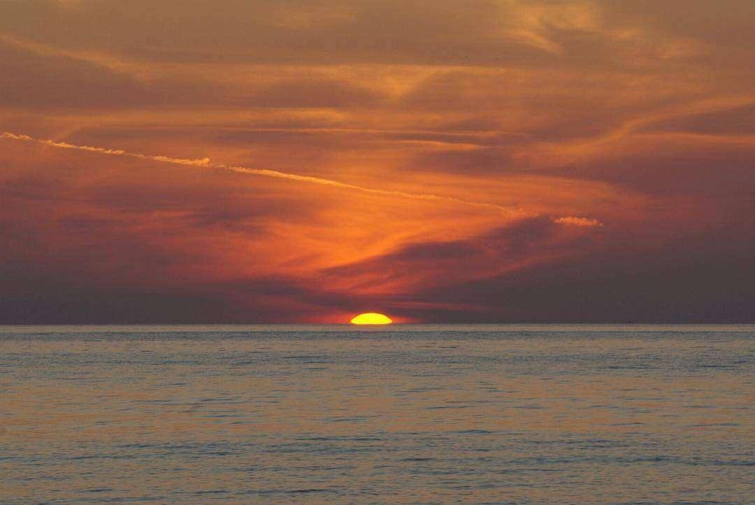 zonsondergang Ao Ta Lo Woo pier op koh tarutao in het Tarutao National Park