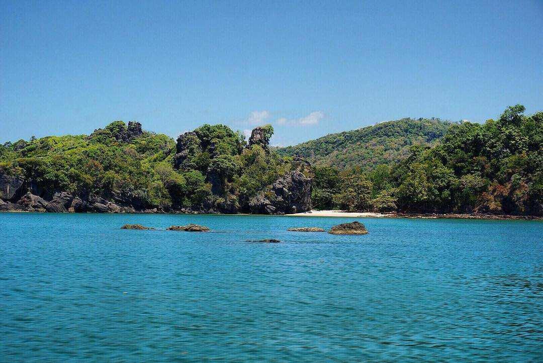 zee met eiland in het Tarutao National Park