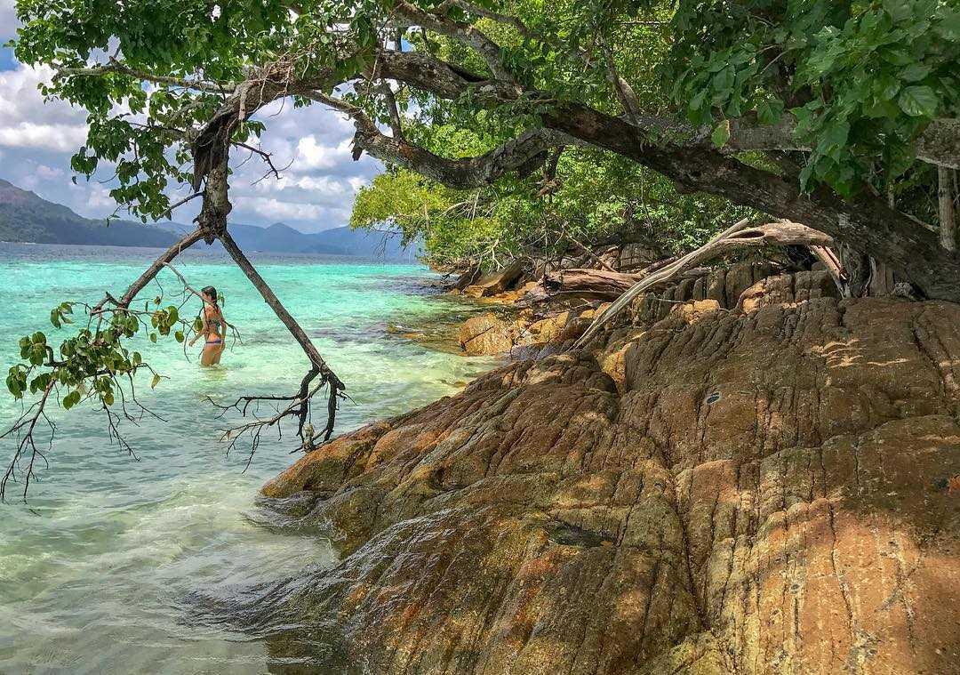 Zee met rotsen in het Tarutao National Park