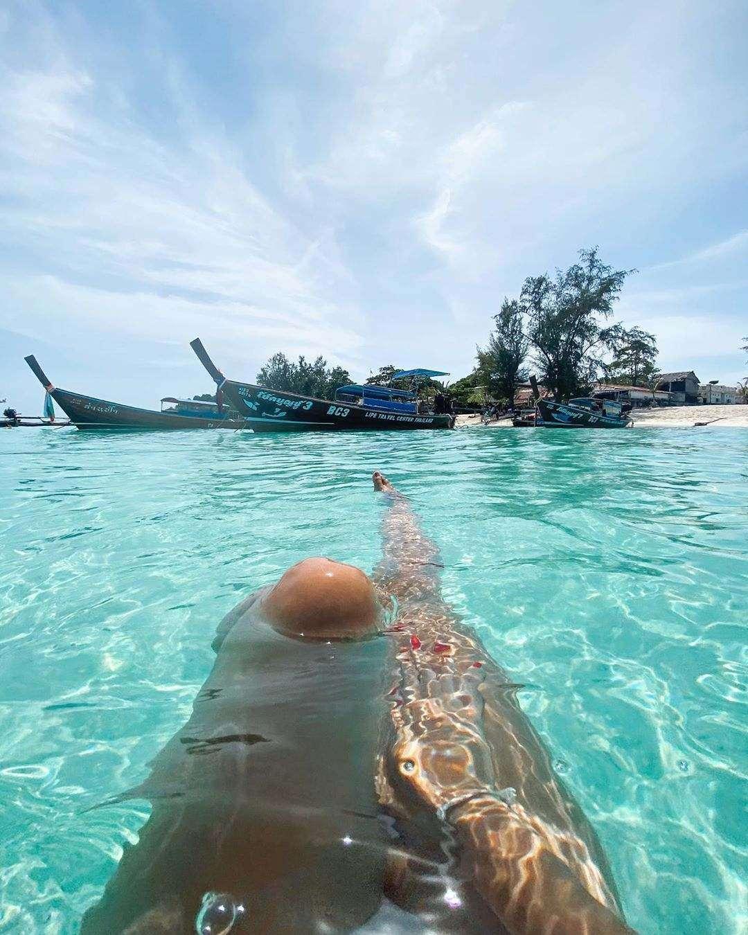 Benen in het blauwe heldere water van Koh Lipe