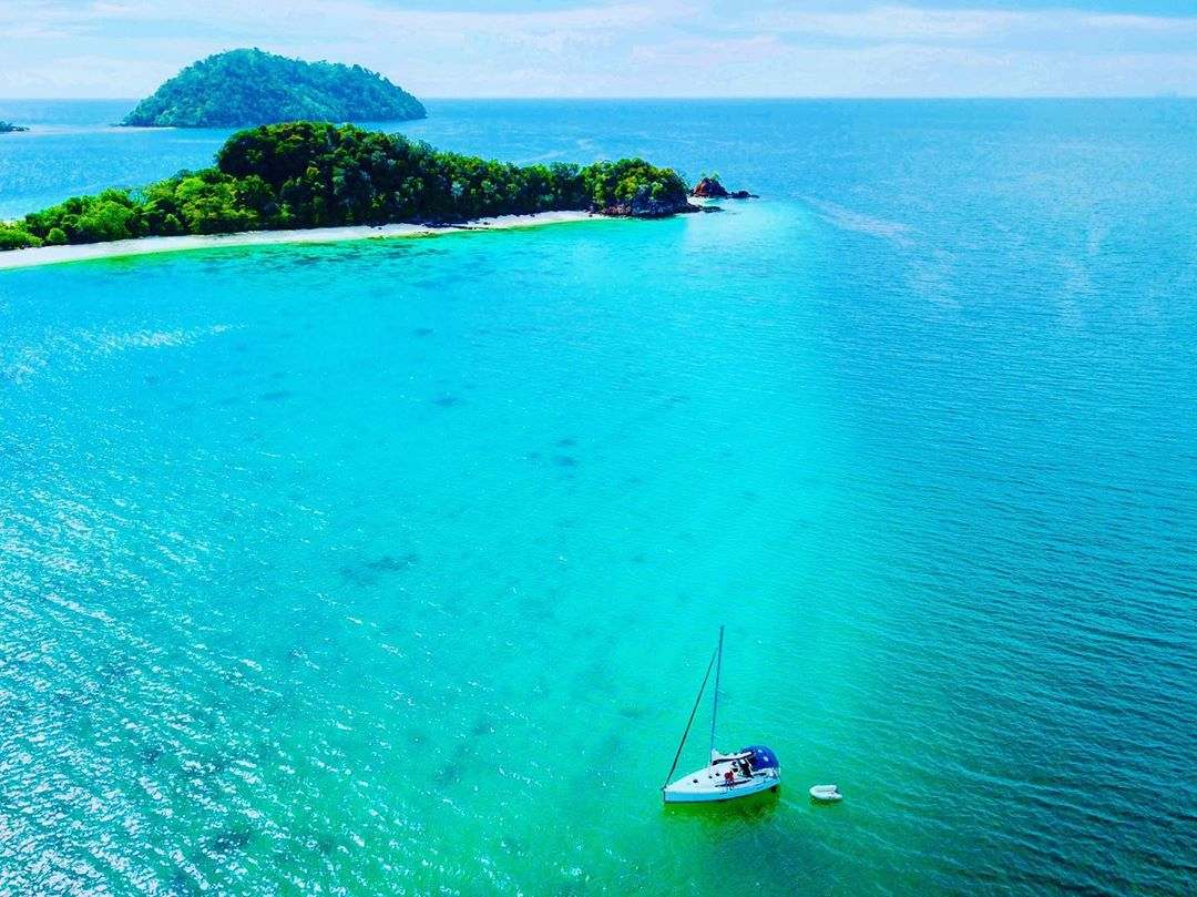 Blauwe zee en groene eilanden in het Tarutao National Park