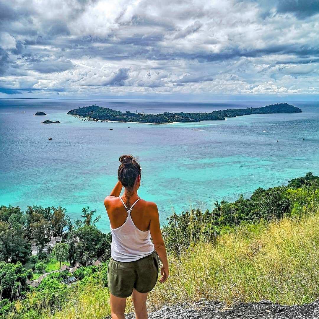 viewpoint kijkende op koh lipe in het Tarutao National Park