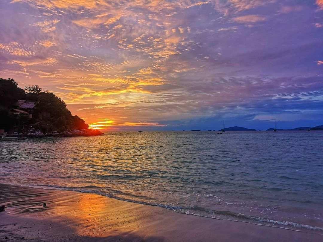 Zonsondergang op koh lipe met mooie kleuren in de lucht, paars, roze, oranje