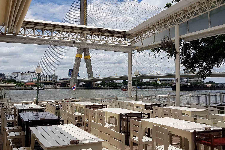 restaurant Khin Lom Chom met uitzicht op de Rama VIII brug