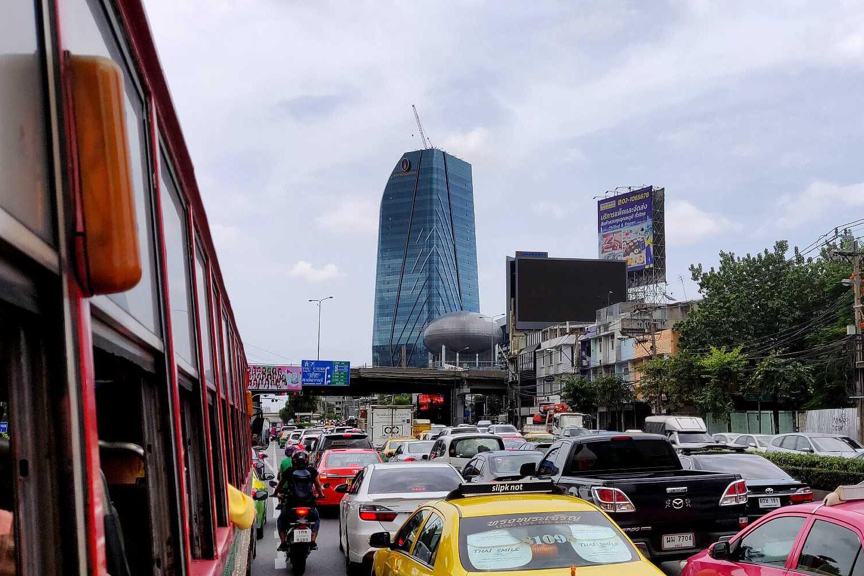 Bangkok en het verkeer vanuit de locale bus gezien