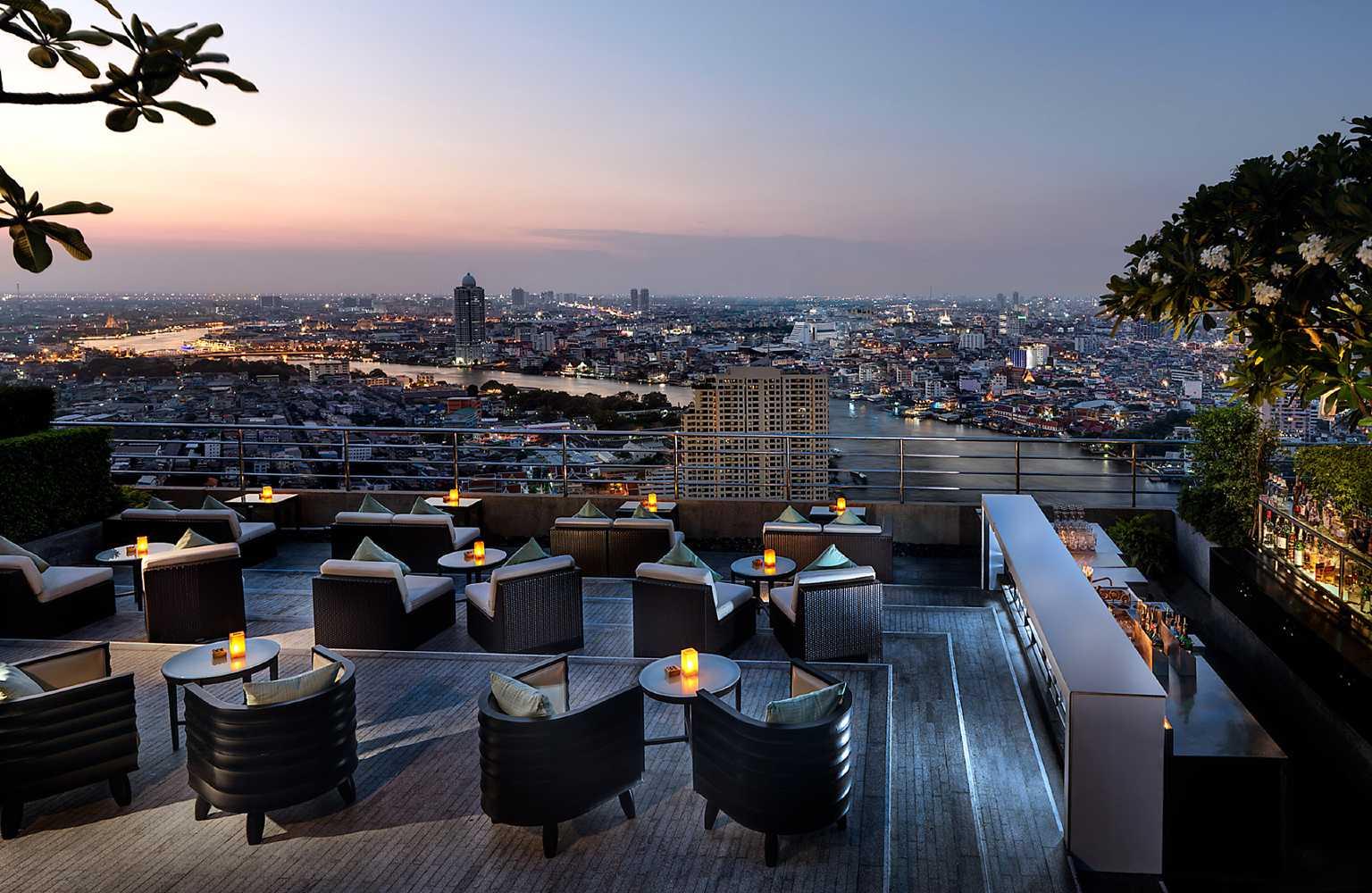 Hilton Bangkok. lounge plek op sky bar met uitzicht op de rivier