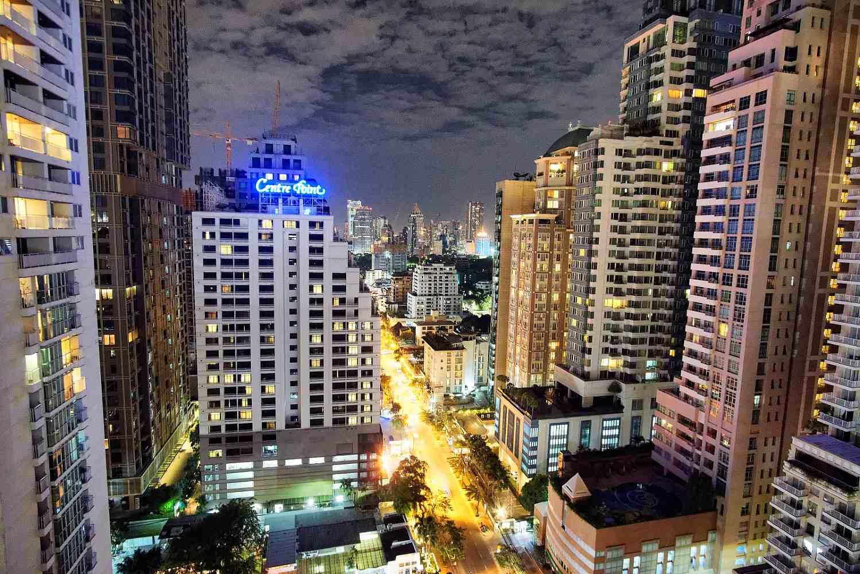 Bangkok in de nacht met verlichte torenflats