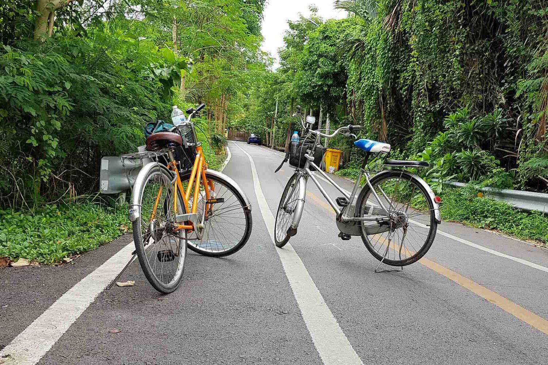 fietsen op de weg in de Groene Long ( Bang Krachao) van Bangkok