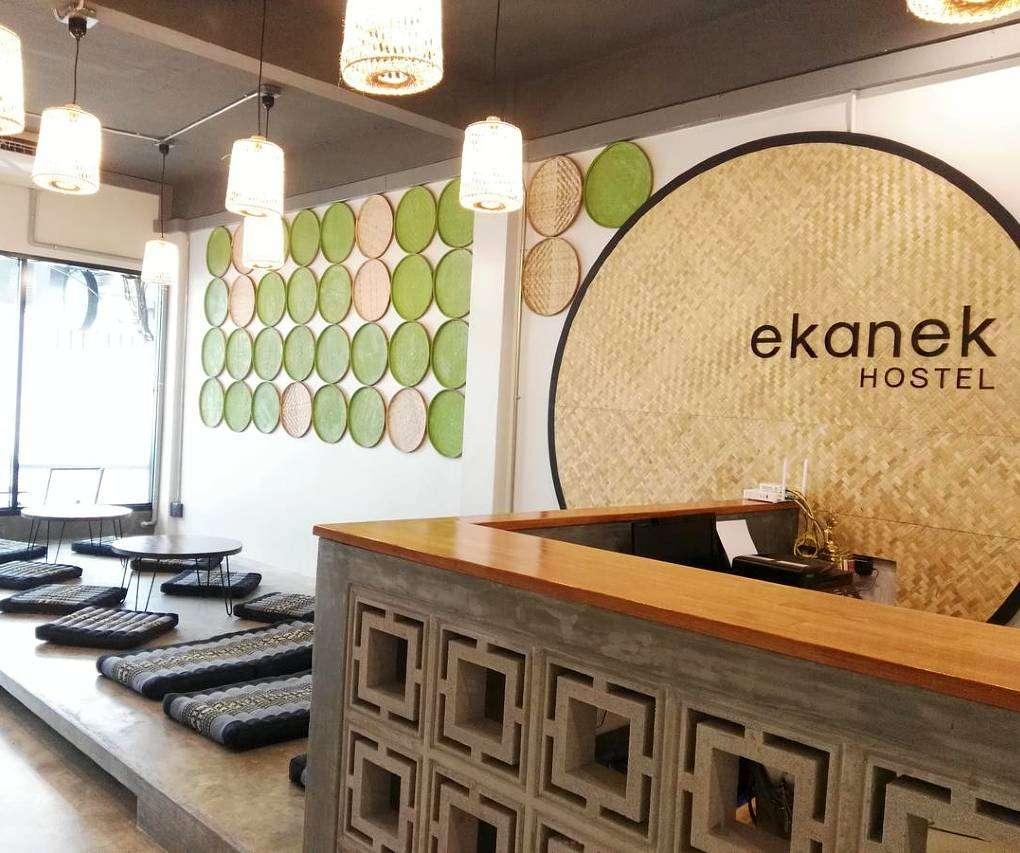 Zitkussens in gezamenlijke ruimte van hostel Ekanek