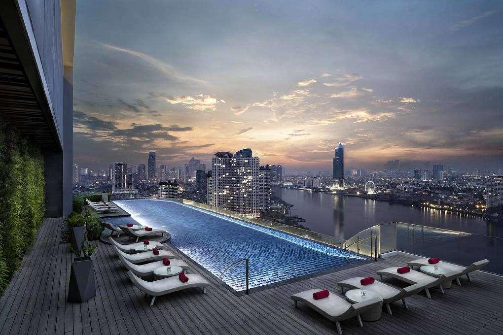 zwembad met uitzicht op de rivier
