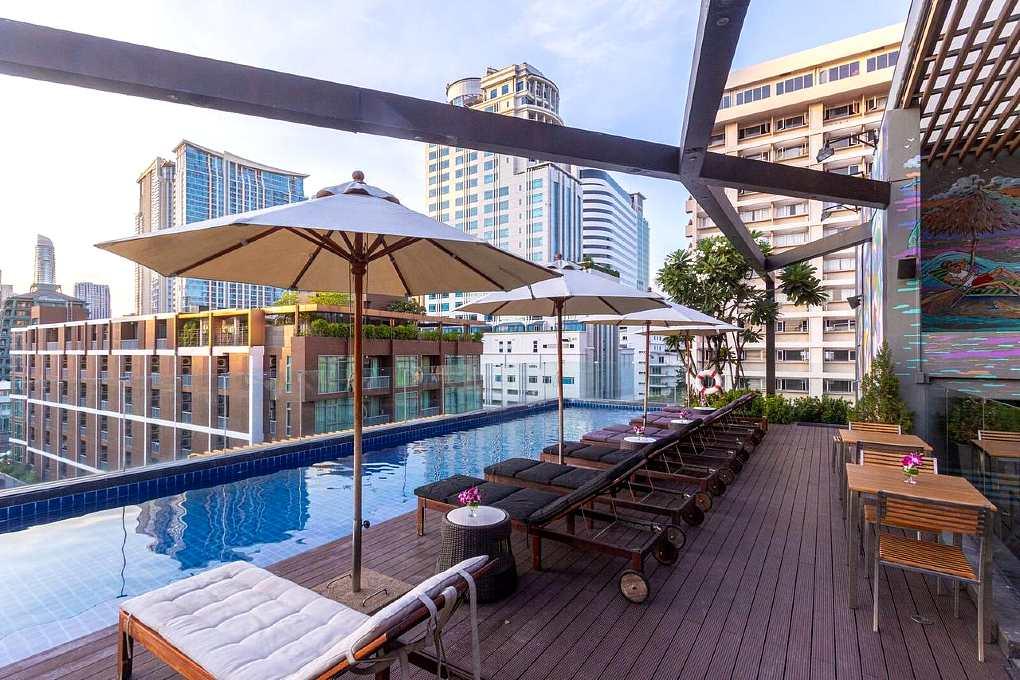 Zwembad met uitzicht over de stad Bangkok